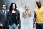Netflix『ディフェンダーズ』の新たな写真が公開!真剣な表情の3人に対し、笑顔のデアデビルの謎