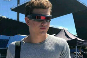 『X-MEN ダークフェニックス』からサイクロプスのバイザーを装着した写真が投稿!