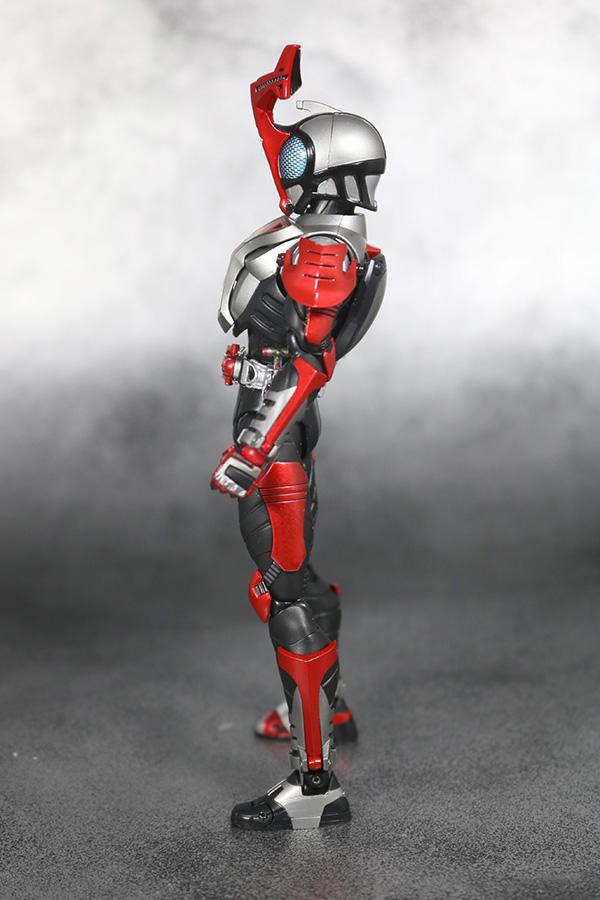 S.H.フィギュアーツ 仮面ライダーカブト ハイパーフォーム 真骨彫製法 レビュー 全身
