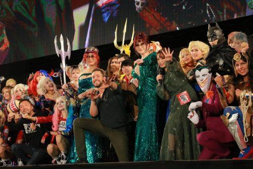 ザッカリー・リーヴァイがDCコスプレステージにサプライズ登場! - 「I See The Light」の生歌も披露