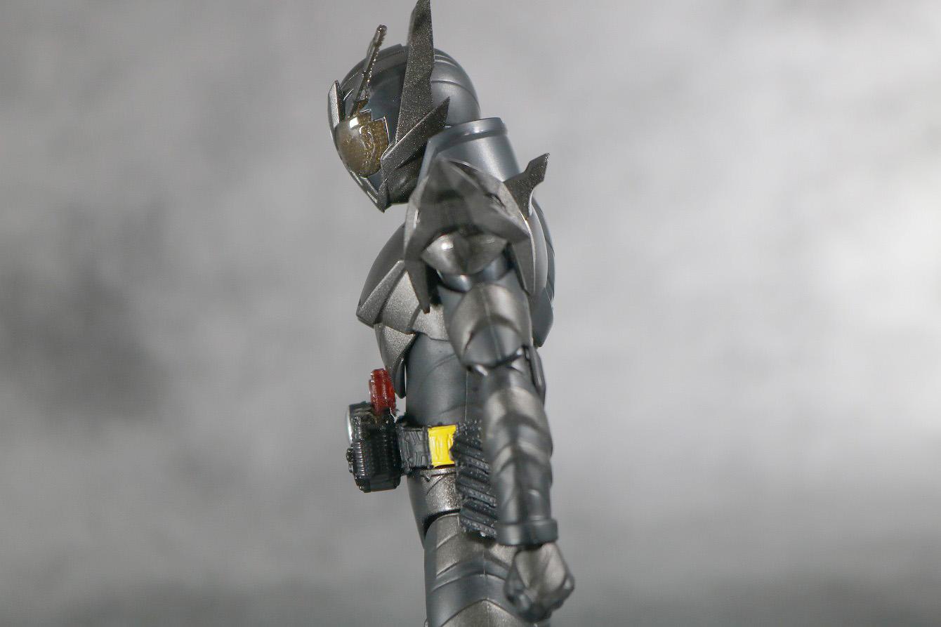 S.H.フィギュアーツ 仮面ライダーメタルビルド レビュー 可動範囲 腰前可動
