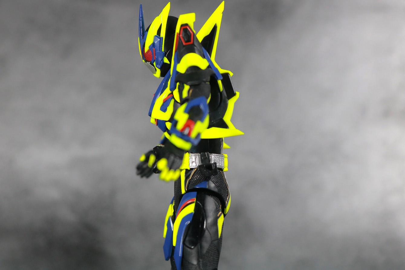 S.H.フィギュアーツ 仮面ライダーゼロワン シャイニングアサルトホッパー レビュー 可動範囲 腰前可動