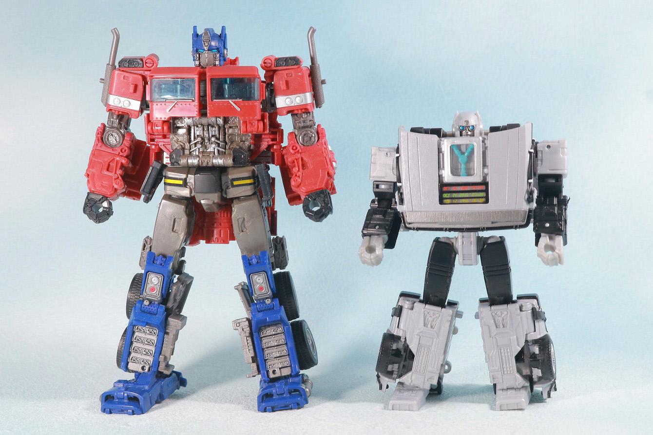 トランスフォーマー ギガワット デロリアン レビュー ロボットモード 本体 バンブルビー版オプティマスプライム 比較