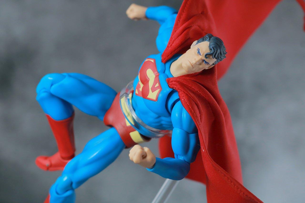 MAFEX スーパーマン(Batman:HUSH Ver.) レビュー
