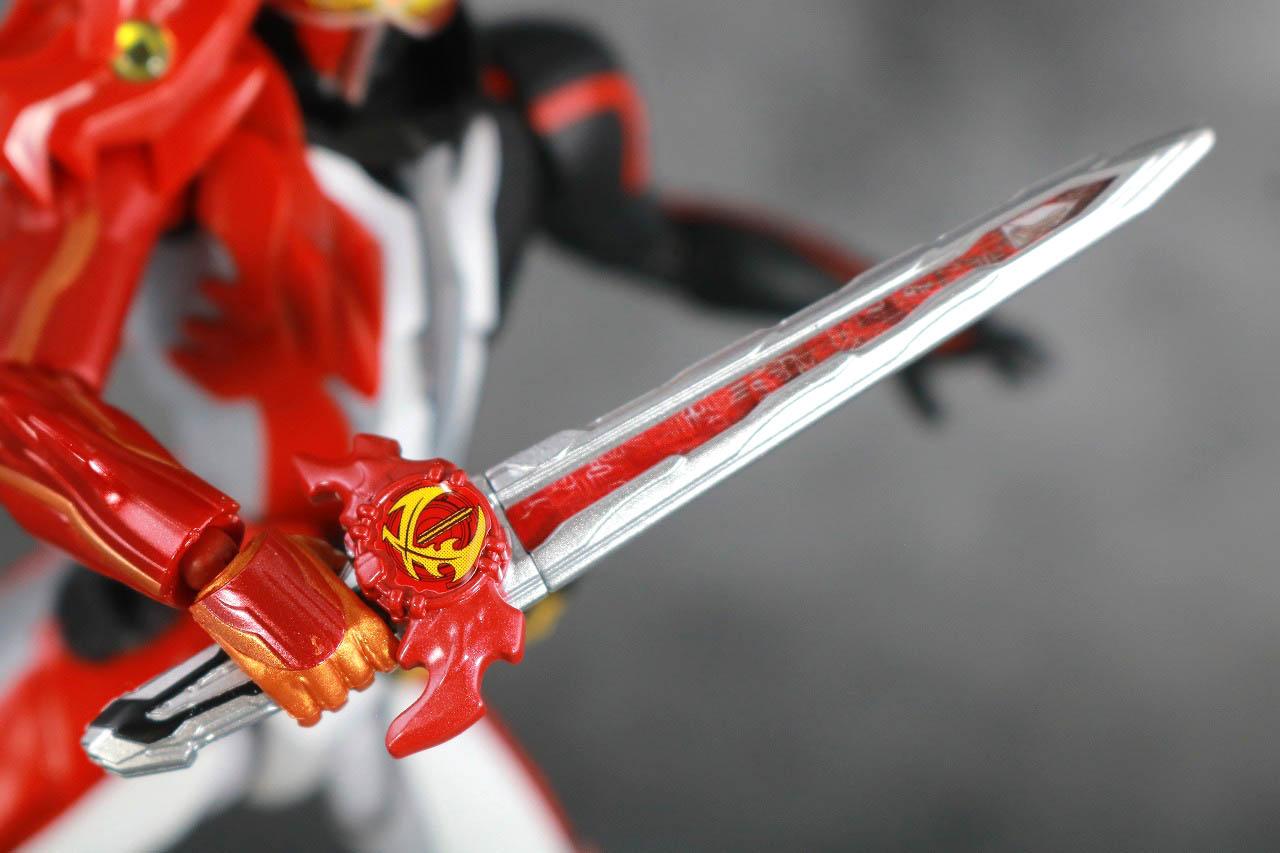 S.H.フィギュアーツ 仮面ライダーセイバー ブレイブドラゴン レビュー ガシャポン シール