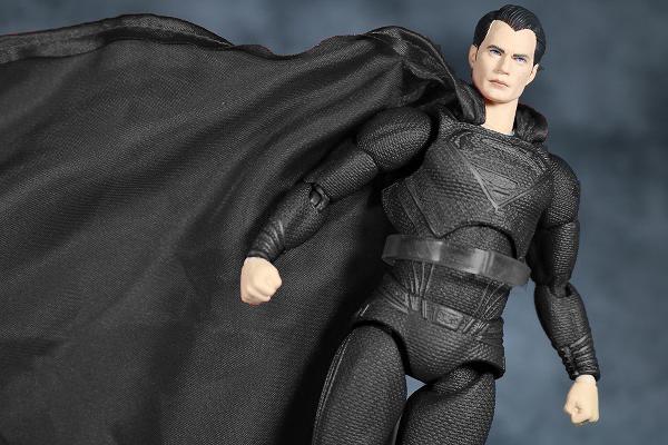 ザック・スナイダー監督、映画にブラックスーツのスーパーマン登場を決めた理由とは? ー 家族との繋がりのため?